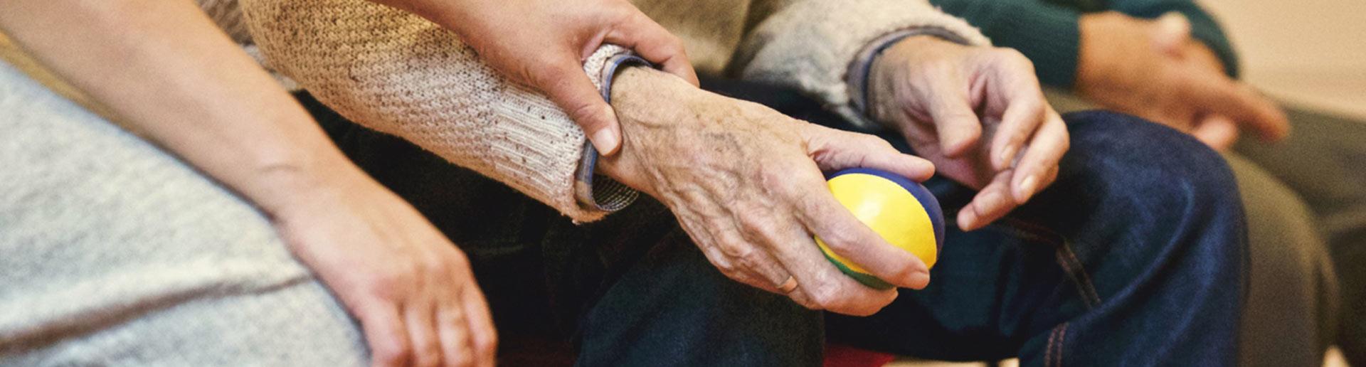 זקן אוחז כדור